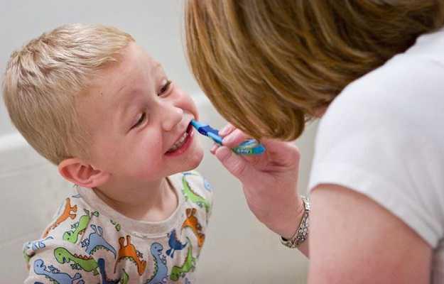 अपने बच्चों को दांतों की देखभाल करना नहीं सिखाते - We don't teach our children to take care of their teeth in Hindi