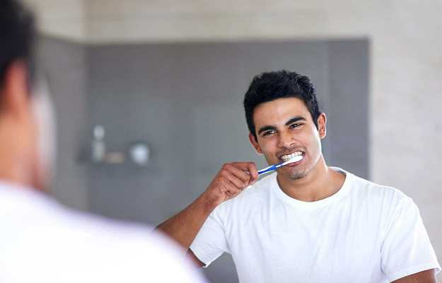 हम ज़्यादा रगडकर दांत साफ़ करते हैं - We press the toothbrush too hard when brushing teeth in Hindi