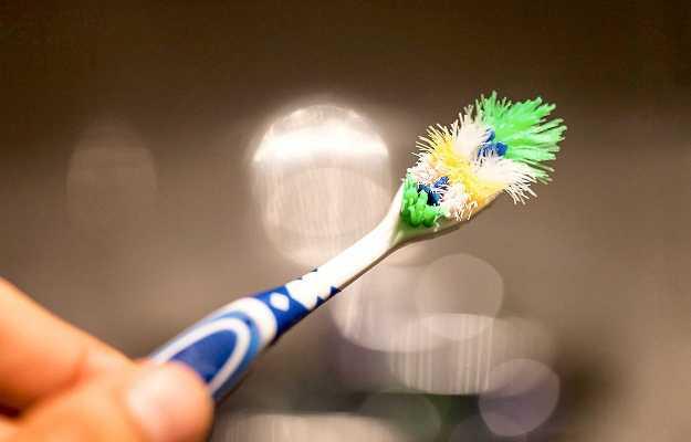 बोनस: पुराने टूथब्रश का अनेक कामों के लिए करें प्रयोग - Bonus: Tips to make use of your old toothbrush in Hindi