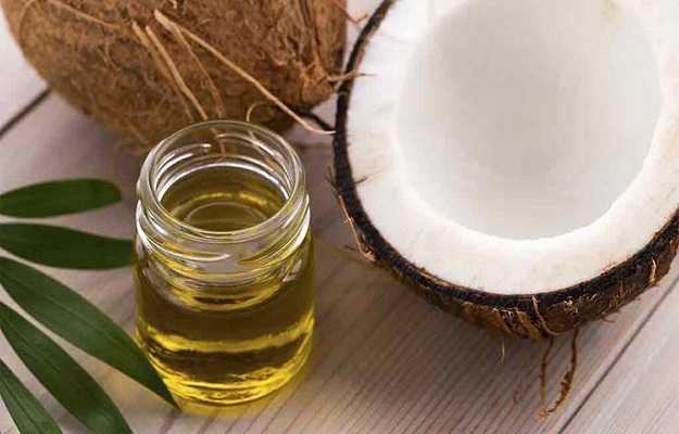 त्वचा की खुजली की परेशानी में नारियल के तेल का करें प्रयोग - Coconut oil good for itchy skin in Hindi