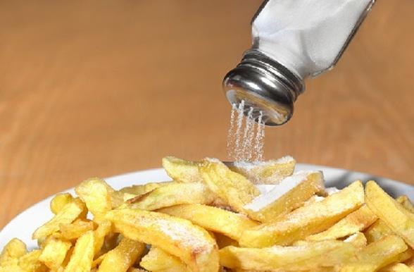 ज्यादा नमक खाने से वॉटर रिटेंशन हो सकता है - More salt intake cause Water Retention in Hindi